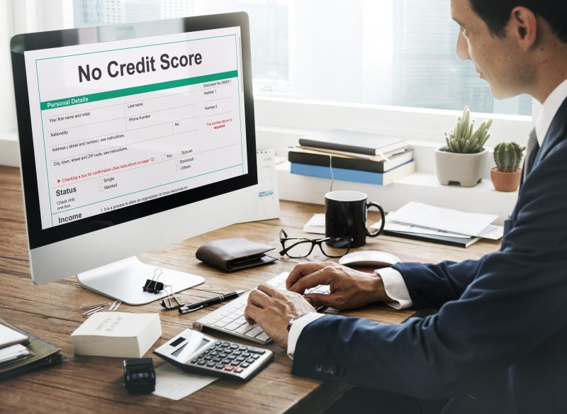person looking at computer that says no credit score