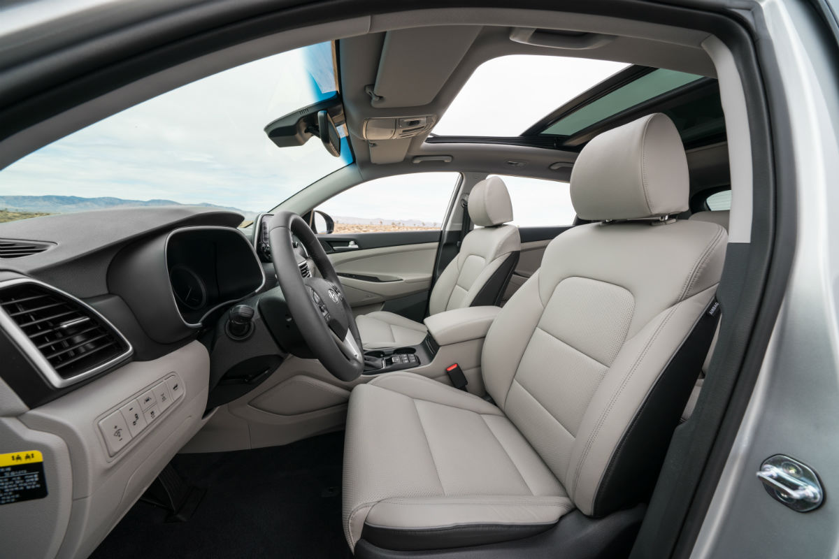 Side view of the 2019 Hyundai Tucson's front seats