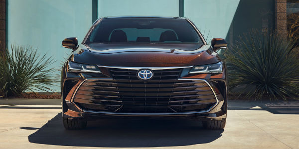 Opulent Amber 2019 Toyota Avalon Limited Hybrid Front Grille Parked in a Driveway