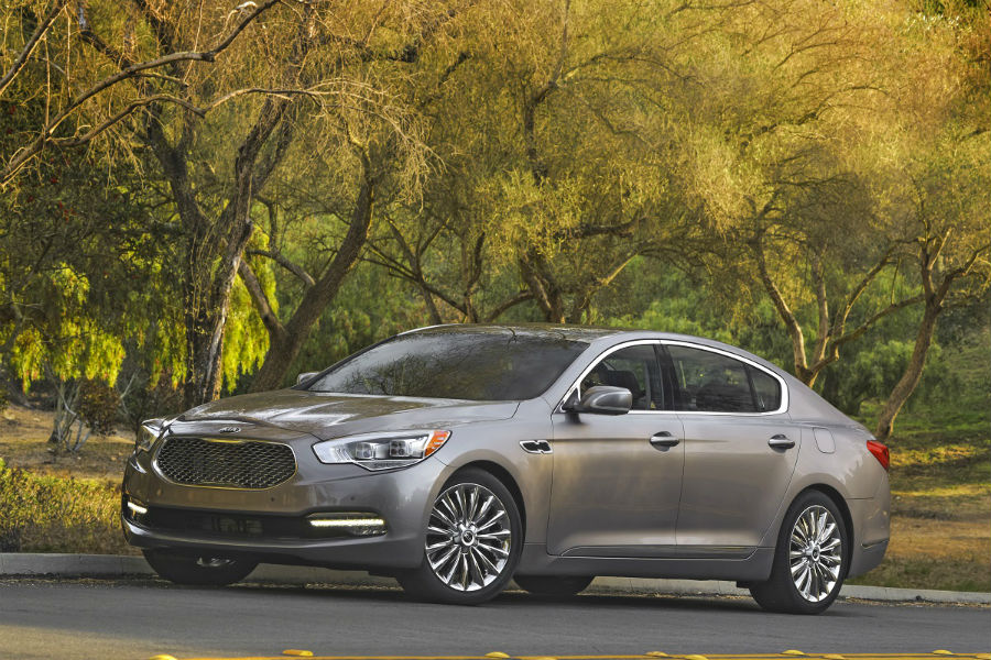 2017 kia k900 from the front and profile