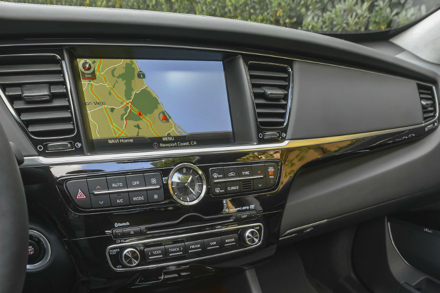 infotainment and clock detail in 2017 kia k900