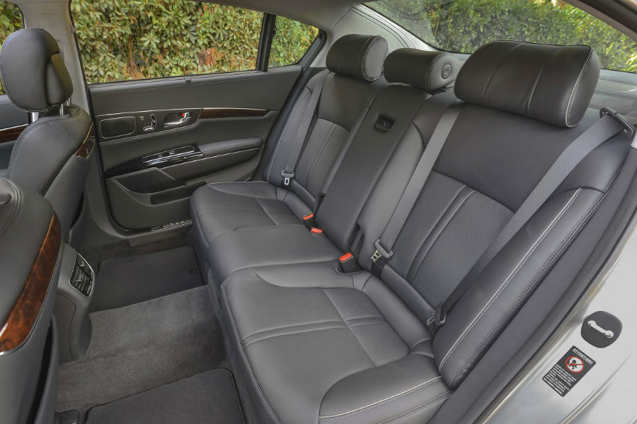 rear seat with controls stowed in 2017 kia k900